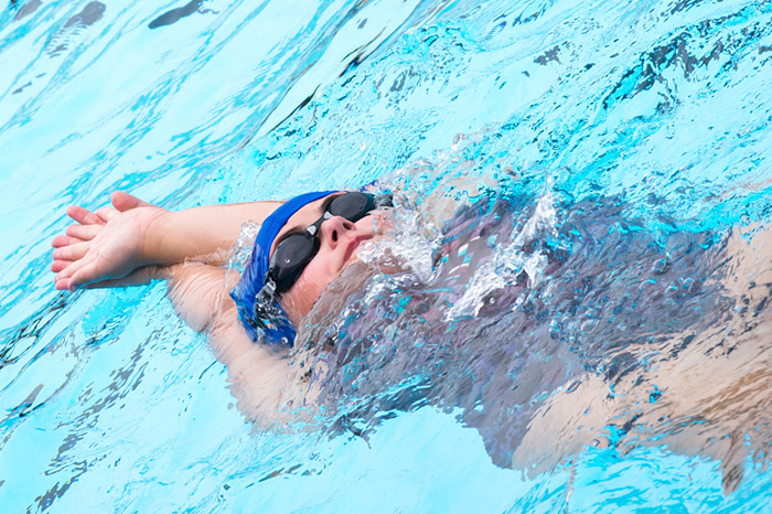 girl-swimming-backstroke